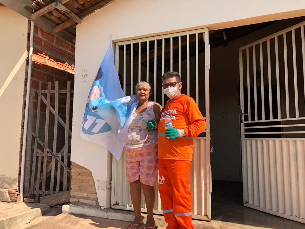Prefeito vira gari por um dia após receber caminhão coletor de lixo no Piauí 4