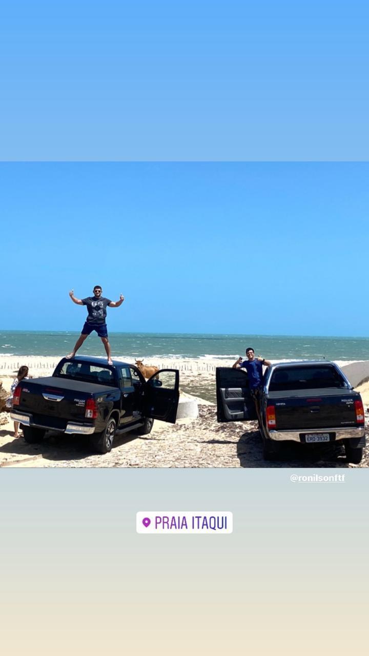 _O filho do prefeito sobre o veículo: o novo secretário de Cultura de Dirceu Arcoverde, na praia. Ele é Carliran Gomes de Oliveira (Foto: Divulgação)