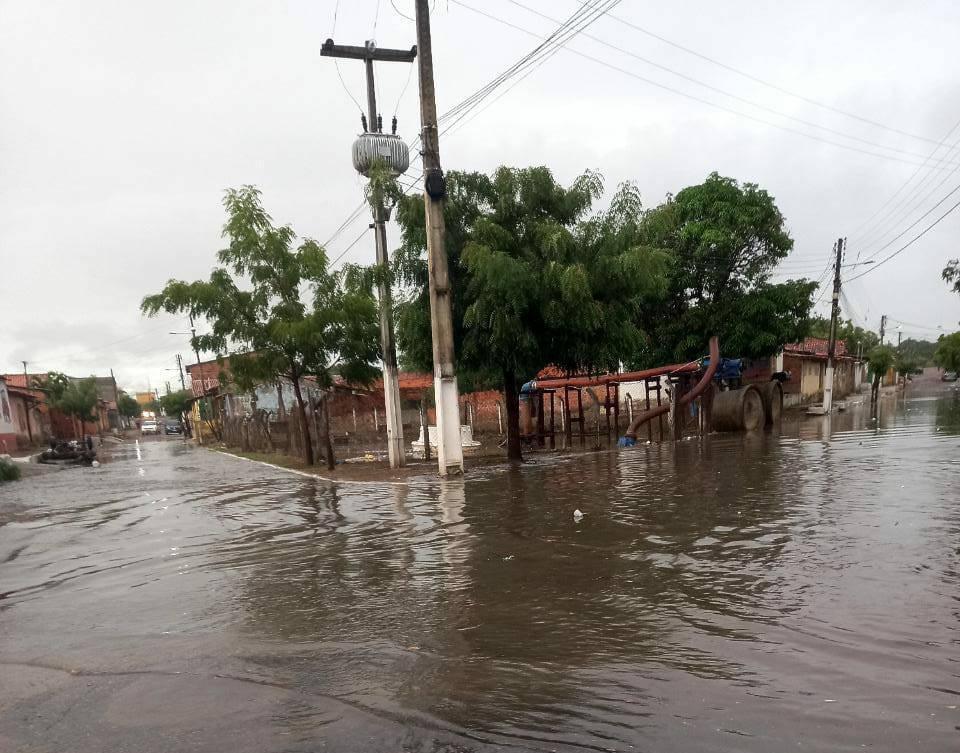 Chuva causa alagamentos em Parnaíba/PI nessa segunda-feira (15)