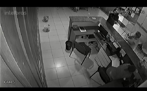 Câmera flagra momento que homem invade clínica e atira em recepcionista