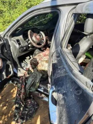 Carro fica com marcas de sangue após a ação policial contra Hello Kitty e outros apontados como traficantes