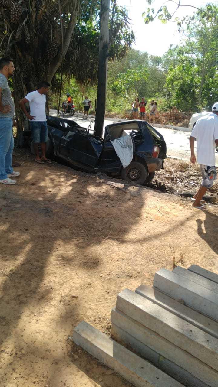 Acidente de carro mata duas pessoas