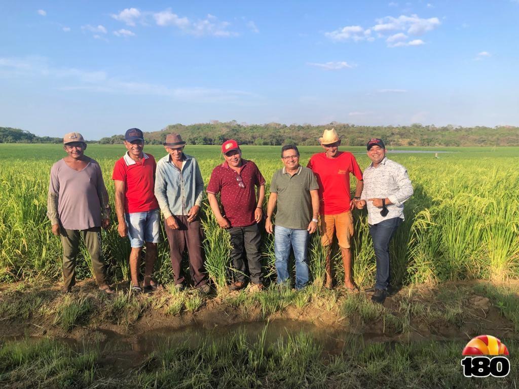 Prefeito Genival Bezerra acompanho do secretário de agricultura e abastecimento Francisco Farias, do vereador Geraldo Farias e agricultores.