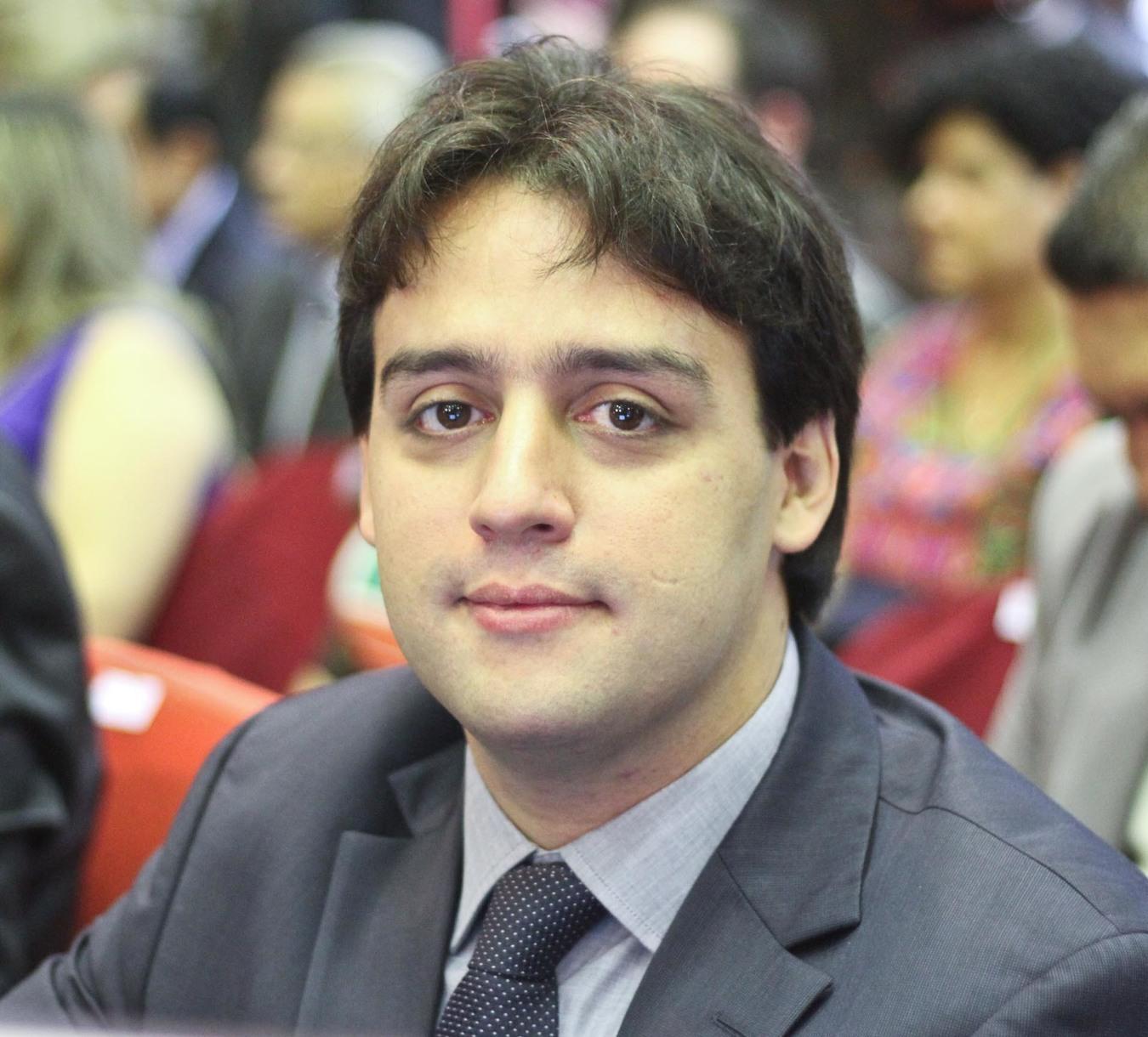 _Flávio Nogueira Júnior é secretário de Turismo, pasta especialista em fazer pavimentações em paralelepípedo (Foto: Divulgação)