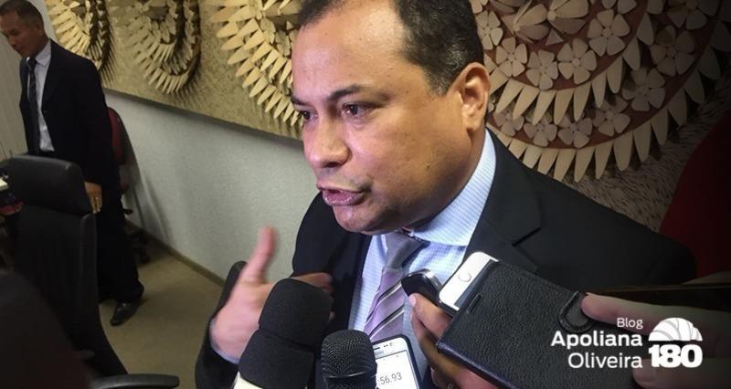 O padrinho do pré-candidato, deputado Evaldo Gomes. Mesmo diante da trajetória do pupilo parlamentar insiste em por a mão sobre ele