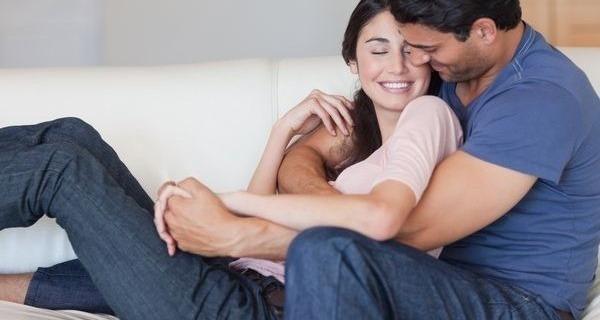 Medium casal se abracando sofa 600x330