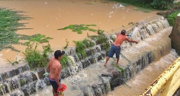 Medium barragem do paciencia transborda apos forte chuva e pescadores aproveitam video 726