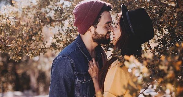 Medium casal rindo junto catia damasceno