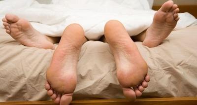 Thumb pes casal na cama
