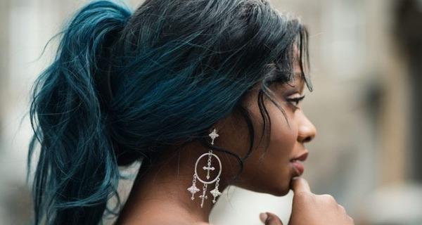 Medium mulher negra cabelo brinco 768x512