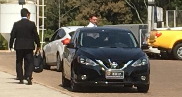 Medium flavio bolsonaro no carro oficial