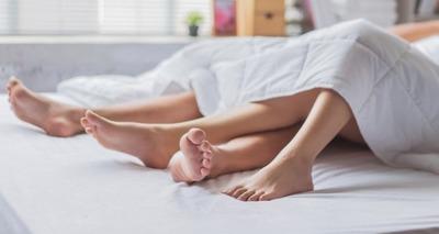 Thumb feche acima do par asiatico novo apaixonado que faz o sexo na cama estao cansados do sexo 46139 977 960x639