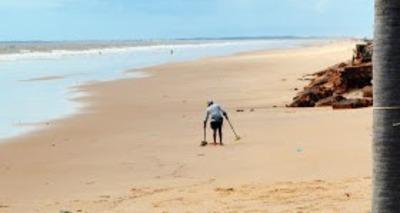 Thumb homem procura tesouro na praia