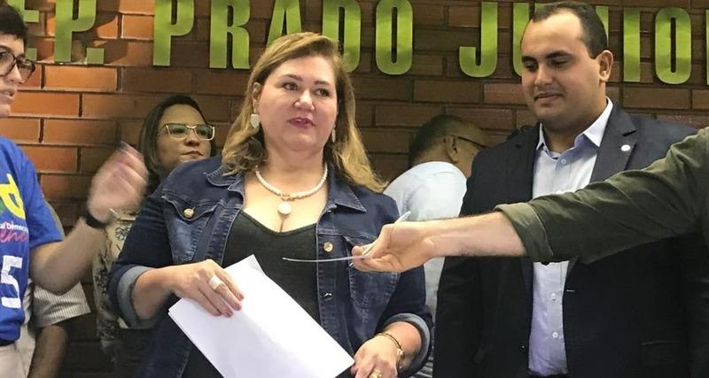 Simone Pereira deixa secretaria e confirma pré-candidatura em Teresina