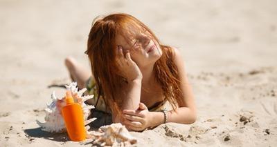 Thumb menina ruiva deitada na areia tomando banho de sol 98296 1379 960x639