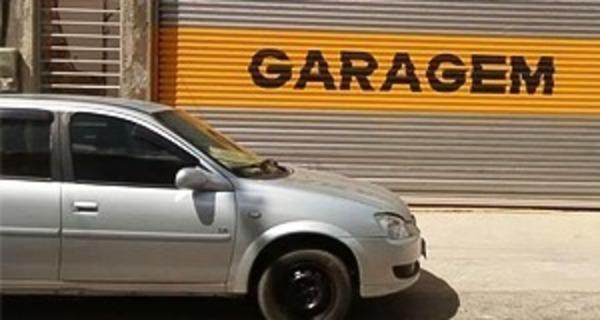 Medium carro estacionado frente garagem