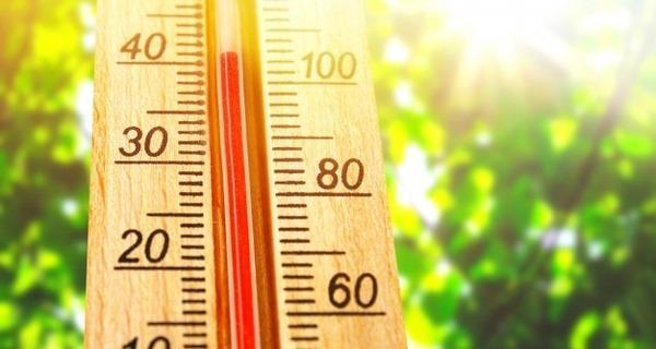 Medium termometro exibindo altas temperaturas quentes de 40 graus no sol dia de verao 71756 117