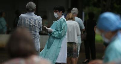 Thumb movimentacao de idosos no posto da 612 sul para vacinacao contra influenza2403209968