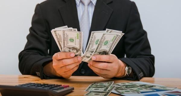 Medium homem contando dinheiro na mesa 38816 54