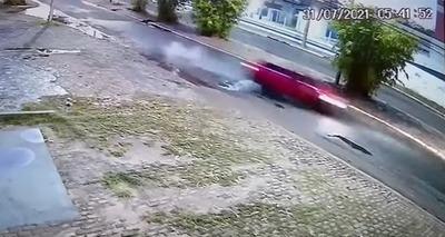 Thumb acidente jovem carro